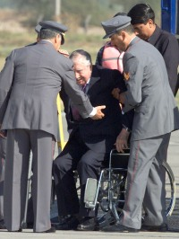 FORMER CHILEAN DICTATOR PINOCHET TALKS WITH ARMY COMMANDER IZURIETA UPON ARRIVING FROM LONDON
