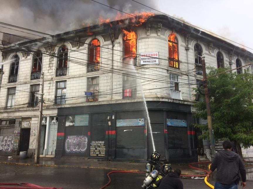 Incendio en Valparaíso deja cinco bomberos lesionados y más de 70 personasdamnificadas