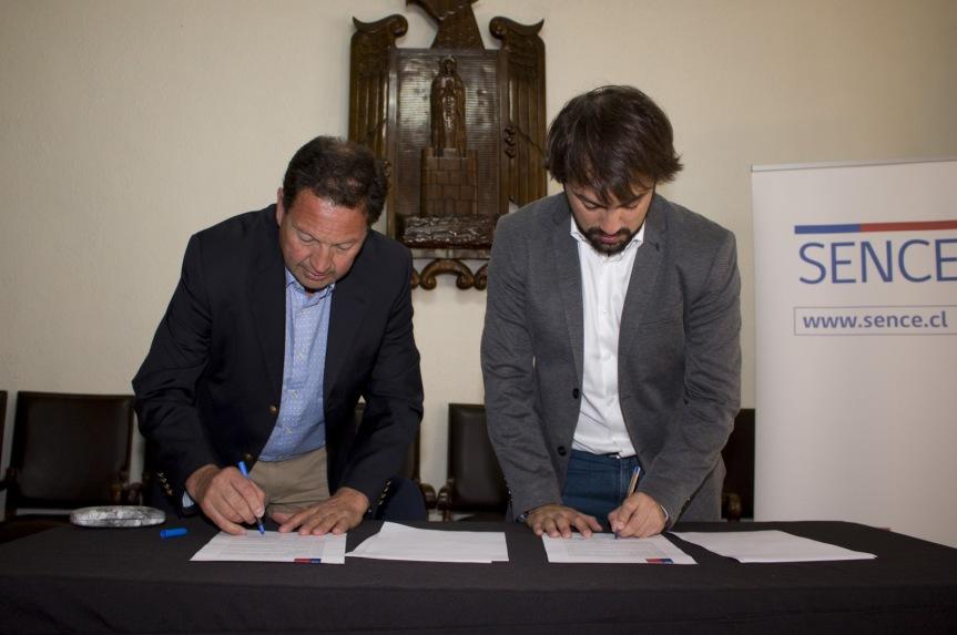 Municipio porteño firma convenio con SENCE para fortalecimiento deOMIL