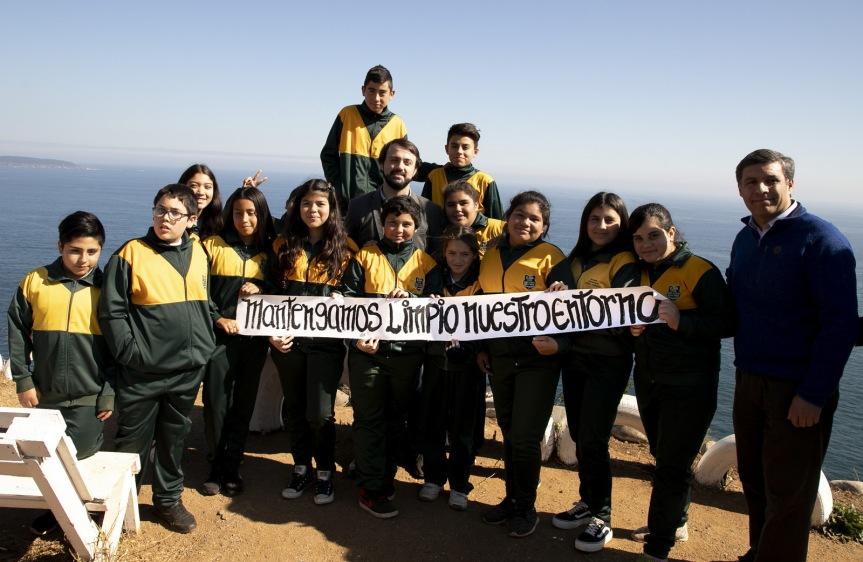Porteños y porteñas se organizan para limpiar zonas altas deValparaíso