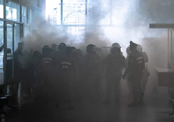 Carabineros reprime manifestación pacífica de docentes en Intendencia deValparaíso