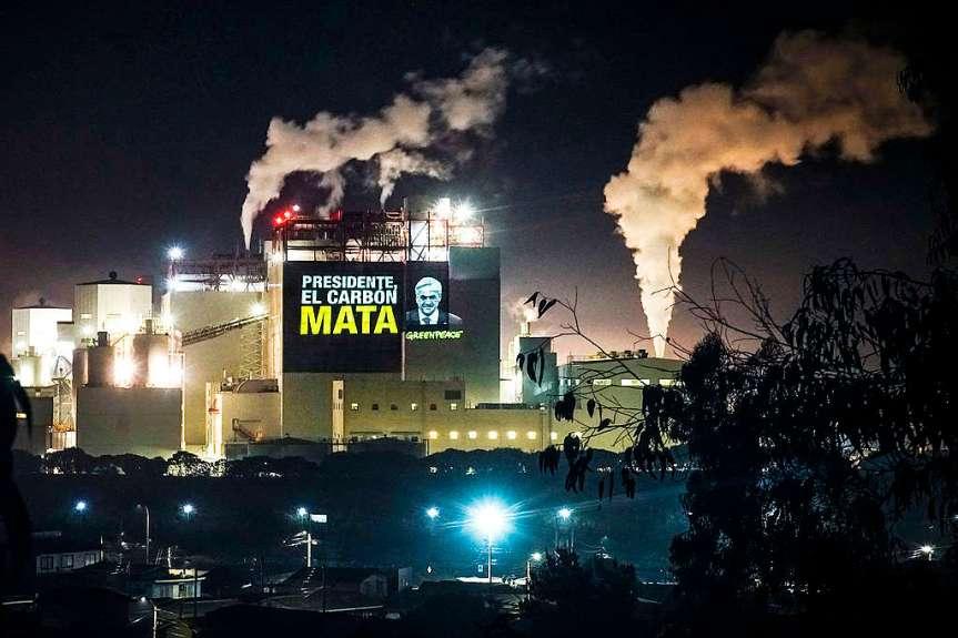 Greenpeace sorprende con enormes proyecciones digitales y pide cierre inmediato de termoeléctricas en Quintero-Puchuncaví