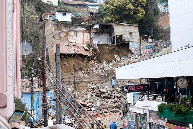 Municipalidad de Valparaíso decreta cinco días de duelo por fallecidos enderrumbe