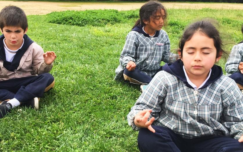 Estudiantes de Valparaíso practican meditación para mejorar la convivenciaescolar