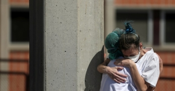 2020-3-31-nurses-hug-spain